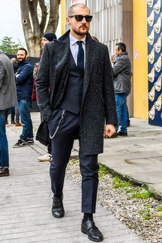 ビジネススーツに合う秋冬コート特集!王道からこなれ感を与えるアウターまでを紹介 | 男前研究所 Men Fashion Show, Mens Fashion Suits, Mens Suits, Man Fashion, Modern Gentleman, Gentleman Style, Mens Suit Accessories, Mens Attire, Outfits With Hats