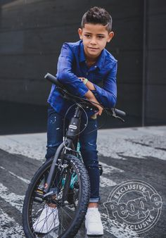 Cristiano Ronaldo and His Mini-Me Junior Team Up for Adorable Father-Son Fashion Shoot Cristiano Ronaldo Manchester, Cristiano Ronaldo Junior, Barcelona Soccer, Fc Barcelona, Youth Of Today, Soccer Girl Problems, Manchester United Soccer, Junior Fashion, Manchester United Football