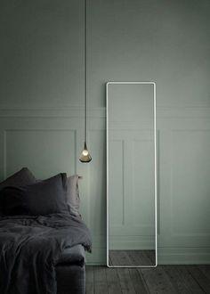 Un mur bleu gris pour une déco à la fois intime et minimaliste
