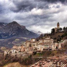 Montefortino, un minuscolo borgo medioevale all'ombra del Monte Sibilla.
