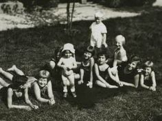Margot and Anne with children from the neighbourhood. Frankfurt am Main, september 1930.  From left to right: Bernd (Buddy) Elias, Maitly Könitzer, Gertrud Nauman, Anne, Marianne Stab,Margot, Hilde Stab, Irmgard Naumann, and Butzty Könitzer and Werner Beck (back).
