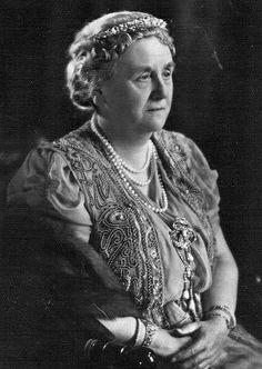 big #Diamond #Tiara version 2 worn by Queen Wilhelmina of the Netherlands. Dutch #RoyalTiara (1880-1962)