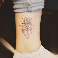 Tatuaje de un búho de estilo geométrico situado... - Pequeños Tatuajes para Mujeres y Hombres