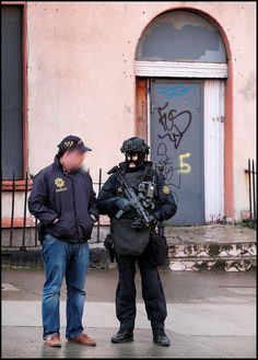 #Garda #gardai #police #swat #armed #gun #ERU Military Special Forces, Police Uniforms, Defence Force, Swat, Armed Forces, Cops, Badass, Weapons, Irish
