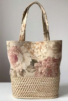 Straw Bags: 50 Ideas and Inspirations on How to Wear this .- Bolsas de Palha: 50 Ideias e Inspirações de Como Usar Essa Tendência! Straw Bags: 50 Ideas and Inspirations on How to Use This Trend! Lace Bag, Wedding Bag, Tote Pattern, Patchwork Bags, Denim Bag, Casual Bags, Toiletry Bag, Handmade Bags, Bag Making