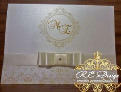 Convite Chiquérrimo!  Um clássico renovado, este modelo une o tradicional à contemporaneidade.  Dimensão 16 x 21,5 cms fechado e 32 x 21,5 cms aberto.    Reservado = R$ 5,00  Dimensão 10 x 21,5 cms    Produzido com o papel Aspen Brilhante 250 gr.    :: Todos os convites acompanham;  :: Tag com o nome do convidado,  :: Fita/Laço e Strass,  :: São embalados individualmente com saquinhos transparente.    ? O prazo para produção *após aprovação da prova real são de 10 à 15 dias úteis.    ...