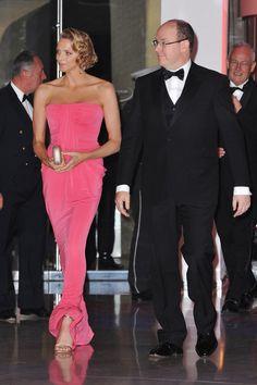 Pin for Later: Dürfen wir vorstellen: Die nächste königliche Mama!  In einem pinken Kleid stahl Charlene allen die Show im Mai 2010. Source: Getty / Francois Durand