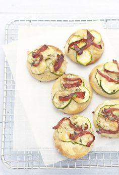antipasto_pizzette con provola, zucchine, bresaola e parmigiano √