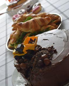 1v syntymäpäiväsankarin traktorikakku. Kakku on Annin uunissa-ohjeella tehty täydellinen suklaakakku.