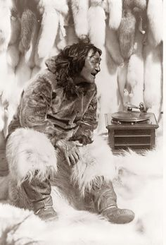 This photo was taken in 1922 and shows an Eskimo/Inuit man enjoying some music on a record player. He is surrounded by seal pelts, presumably the take from the recent hunting season. He looks like he found a favorite song. Stanley Kubrick, Renoir, Weekender, Old Pictures, Old Photos, Vintage Photographs, Vintage Photos, Nanook Of The North, Musica Disco