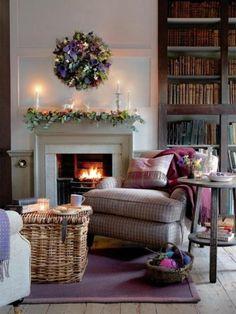 aménagement petit salon, tapis violet, fauteuil marron dans le salon chic