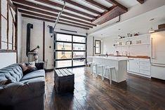 Raumproportionen und Anordnung der Küche / Sofa Kombi  Gestaltung einer Loft-wohnung-Kochbereich in weiß-offene Wandregale-funktionale Beleuchtung