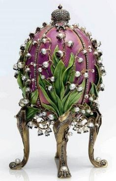 Imperial Faberge Eggs are the most famous jewell decorated Easter eggs. In 1883 Russian Czar, Alexander, commissioned Faberge to make a special Easter gift for his wife, the Empress Marie. Art Nouveau, Art D'oeuf, Fabrege Eggs, Imperial Russia, Egg Art, Objet D'art, Egg Decorating, Crown Jewels, Mason Jars