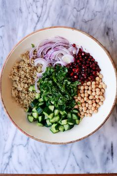 A healthy vegan chickpea quinoa salad with spinach, cucumber, pomegranate, and avocado. This chickpea quinoa salad is a great meal prep lunch. Salad Recipes Video, Salad Recipes For Dinner, Dinner Recipes For Kids, Healthy Salad Recipes, Lunch Recipes, Healthy Work Snacks, Healthy Eating, Chicken Honey, 21 Day Fix