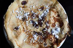 La bouquette est une sorte de crêpe épaisse, garnie de raisins secs et de sucre glace. Envie d'en savoir plus ? Rendez-vous ici : http://yummy-planet.com/10-specialites-liegeoises © madebykarl.be