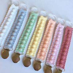 Suttesnore m popcorn Crochet Pacifier Clip, Crochet Baby Toys, Crochet Bebe, Love Crochet, Crochet Animals, Baby Blanket Crochet, Crochet For Kids, Diy Crochet, Baby Knitting Patterns