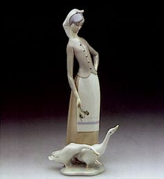 01001035  GIRL WITH GEESE       Issue Year:   1970    Retirement Year:   1995    Sculptor:   Juan Huerta    Size: 11x0 ""