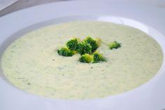 Dieses köstlich-aromatische #Rezept für würzige Brokkoli-#Suppe mit Käse und Estragon dient mit Vollkornbrot als sättigender Hauptgang.