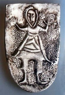 Great Moravia, Moravia Magna - artefakty - P. Šimík: Stříbrný terčík se sokolníkem ze St. Města na MoravěMikulčické stříbrné nákončí z hrobu 490 od trojlodní baziliky. Představuje bojovníka s rukama zdviženýma v modlitebním gestu. Bojovník je v jezdeckém oděvu, v kaftanu, kalhotách a měkkých botách a je přepásán bojovnickým pásem. Snad jde o moravského panovníka (D. Třeštík 2001)