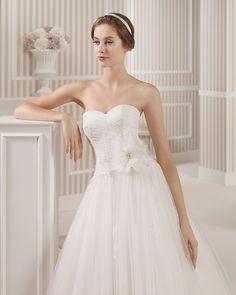 8S150 LIBERTAD | Wedding Dresses | 2015 Collection | Luna Novias (close up)