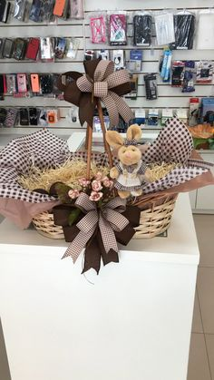 Creative Gift Baskets, Creative Gift Wrapping, Creative Gifts, Baby Shower Gift Basket, Baby Hamper, Second Anniversary Gift, Homemade Anniversary Gifts, Anniversary Gifts For Couples, 25th Birthday Gifts