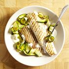Een heerlijk recept: Geroosterde wijting met knoflooksaus en courgette