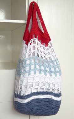 Crochet Purses Ideas Studio 92 Designs: Rood, wit, blauw Link to the pattern Bag Crochet, Crochet Market Bag, Crochet Shell Stitch, Crochet Gratis, Crochet Handbags, Crochet Purses, Love Crochet, Filet Crochet, Crochet Stitches