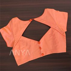 Stylishly designed with a diamond slit pattern, this customized blouse boasts a simple and trendy look. It also has piping work. Blouse Designs Catalogue, Simple Blouse Designs, Stylish Blouse Design, Fancy Blouse Designs, Designs For Dresses, Blouse Neck Designs, Coimbatore, Designer Blouse Patterns, Look Chic