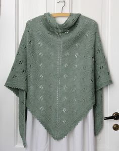 Noget tyder på, at sjalet er populært, og det er både hyggeligt at strikke og dejligt i brug. Let, blødt og lunt på en lunefuld sommeraften (og resten af året) og lige til at rulle sammen og have med i tasken. Og så er sjalet lige fint til den pyntede sommerkjole og de seje jeans. Sjalet her strikkes i en… Knit Cowl, Knitted Shawls, Crochet Shawl, Knit Crochet, Vintage Crochet Patterns, Knitting Patterns Free, Free Knitting, Shawl Cardigan, Knitting For Beginners
