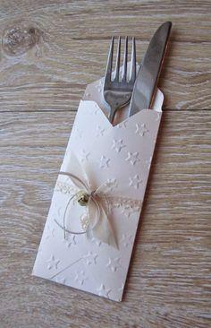 Hallo meine Lieben:)... Schnell möchte ich Euch noch die weiteren Projekte des Tischdekoworkshops zeigen;)... Diese Bestecktasche haben wir...