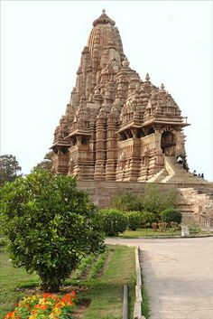 The soaring tower of the Kandariya Mahadeo temple at Khajuraho Indian Temple Architecture, India Architecture, Ancient Architecture, Beautiful Architecture, Gothic Architecture, Temple India, Hindu Temple, History Of India, Ancient History