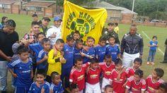 Los uniformados de Infancia y Adolescencia de la Policía Metropolitana compartieron con los pequeños jugadores el momento de la celebración. / Sumistrada - El Nuevo Liberal.