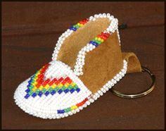 I am so tempted to drop everything and bead this awesome project. Beaded moccasin keychain. Awesome!