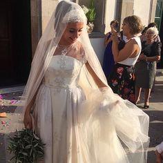 Este fin de semana se casó Leti. Llevaba un vestido de tul bordado en pedrería muy laborioso porque prácticamente está cosido a mano. El resultado fue fantástico 💫💫 Peinado y maquillaje @moi_freire_  #mariage #wedding #casamento #casamento #brides #noiva #boda #novia