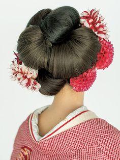 【Back】 ヘアをいくつかのパーツに分け、それぞれすき毛を入れ、日本髪のまげのようなシニヨンをたくさん