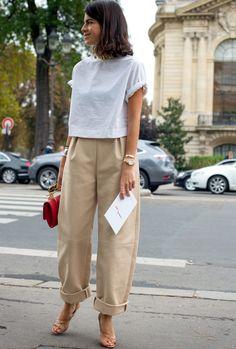 Avec son volume semi-oversize et sa matière légèrement rigide, ce pantalon camel a tout bon ! (Leandra Medine)