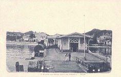 Centro da cidade de Niterói, visto aqui em angulo que mostra no fim do século XIX, a estação e ponte de embarque das lanchas da Cia. Ferry, que faziam, desde 1861, o trans-porte regular de cargas e passageiros - Postal de Leon de Rennes.