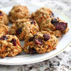 A super simple healthy, vegan and low FODMAP banana oat cookies recipe! These cookies are perfect for a healthy snack or breakfast. Banana Oat Cookies, Carrot Cookies, Healthy Cookies, Fodmap Dessert Recipe, Fodmap Recipes, Dessert Recipes, Keto Desserts, Easy Healthy Dinners, Healthy Dinner Recipes
