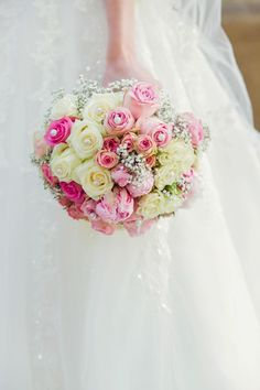 Brautstrauß mit Pfingstrosen, rosa und cremefarbenen Rosen und Schleierkraut bei www.weddingstyle.de | Foto: Tetty´s Photography