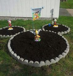 Disney Garden - such a fun DIY yard idea especially for Mickey Mouse fans! Casa Disney, Disney Rooms, Disney Diy, Disney Mickey, Disney Stuff, Garden Beds, Garden Art, Garden Design, Garden Planters