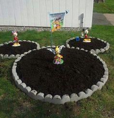 Disney Garden - such a fun DIY yard idea especially for Mickey Mouse fans! Disney Diy, Casa Disney, Deco Disney, Disney Rooms, Disney Home Decor, Disney Mickey, Disney Kitchen Decor, Disney Garden, Garden Beds