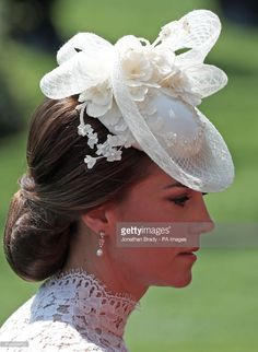 Kate, die Herzogin von Cambridge, am ersten Tag von Royal Ascot in . White Fascinator, Fascinator Hats, Fascinators, Headpieces, Estilo Kate Middleton, Kate Middleton Style, Duchess Kate, Duchess Of Cambridge, Eugenie Of York