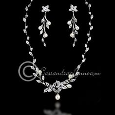Flower vine and pearls necklace set.
