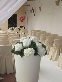Una tela #bianca per iniziare a #dipingere una nuova #vita. #Matrimoni da #sogno. #wedding #white #fiori #vasi #tulle #cerimonia #allestimento #inspiration www.castellodegliangeli.com