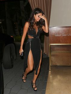 Gallery of photos showing Selena Gomez styles. Selena Gomez dress sense, clothes, accessories and hairstyles. Selena Gomez Fashion, Selena Gomez Outfits, Vestido Selena Gomez, Fotos Selena Gomez, Selena Gomez Style, Selena Selena, Marie Gomez, Hot Brunette, Celebs