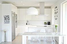 Villa Kivitalo: Valkoinen keittiö ja ruokatila esittelyssä uusin kuvin White Space, Industrial House, White Houses, Kitchen Dining, Sweet Home, Bathtub, Minimalist, House Renovations, Design