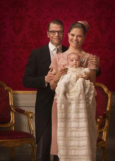 baptême estelle le 22 mai 2012 à 12h00 à la Chapelle du Palais Royal de Stockholm.  parrains et marraines : le prince Carl Philip, le prince Willem-Alexander, le prince Haakon de Norvège, sa tante Anna Westling et  la princesse héritière Mary de Danemark.