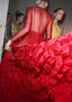 Défilé Valentino Haute Couture Automne-Hiver 2012-2013 http://www.vogue.fr/defiles/6480/diaporama/9331/image/555365
