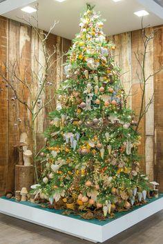 Kerst trends voor 2016: deze trend is herfstachtig en bosrijk! Warme kleuren zoals okergeel, zacht oranje, truffelbruin en kerstgroen spelen de hoofdrol. Breng een herfstachtig gevoel in huis met 'Into The Woods'. Meer kersttrends op: www.christmaholic.nl.
