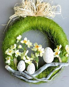 pl A wreath with a diameter of 28 cm on a polystyrene base, composed o Easter Flower Arrangements, Floral Arrangements, Easter Projects, Easter Crafts, Diy Osterschmuck, Diy Ostern, Deco Floral, Diy Easter Decorations, Easter Wreaths